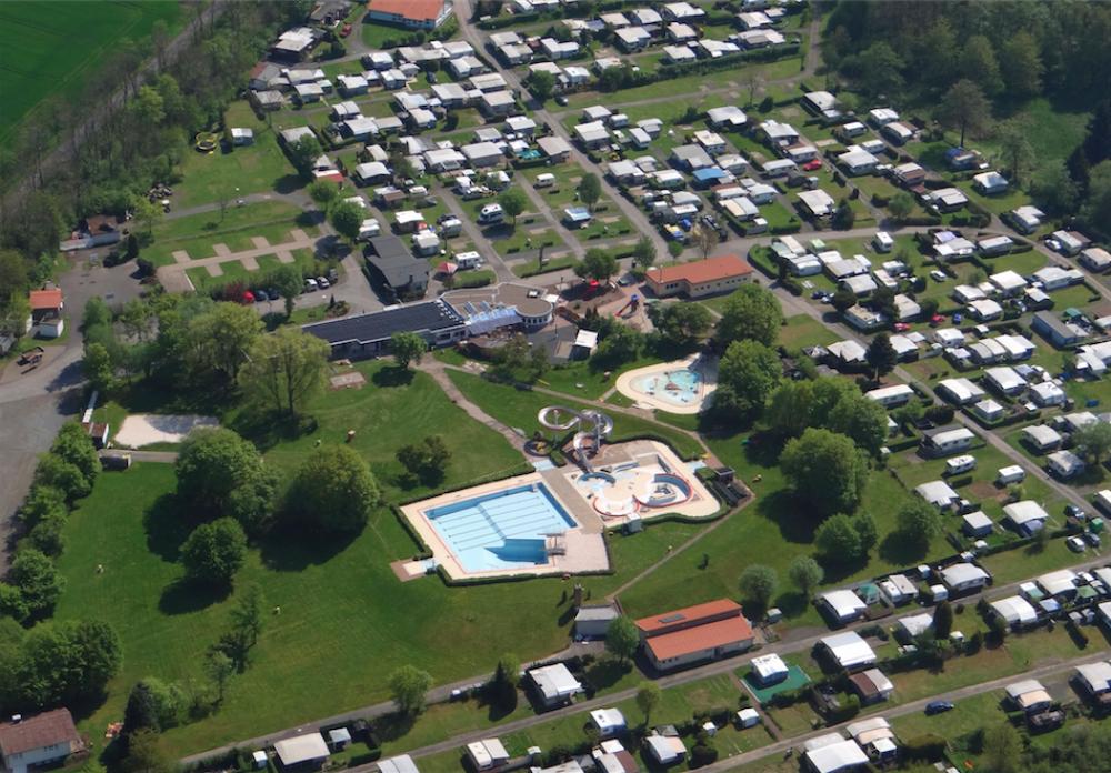 Das Luftbild vom Campingplatz Am Hohen Hagen mit dem Erlebnisbad