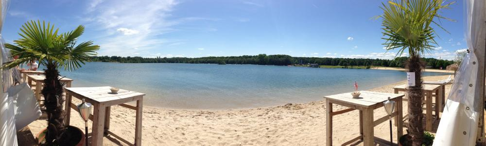 Mit einem Cocktail oder einem eingekühlten Bier an unserem Sandstrand auf den See zu blicken erweckt ein richtiges Urlaubsfeeling.