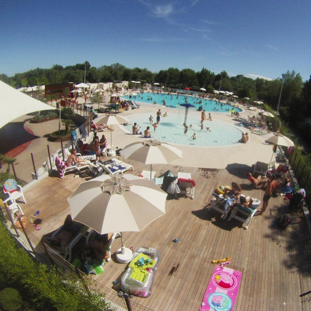 3 Schwimmbäder, mehr als 1000 m2 Wasserfläche und 2000 m2 Solarium an.